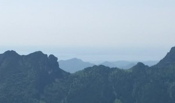 Lago di Garda, Sirmione (a centro sinistra una linea in mezzo al lago che termina all'inizio delle cime più vicine)