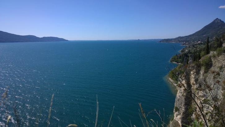 In mezzo alla conca del lago si vede spuntare la rocca di Manerba