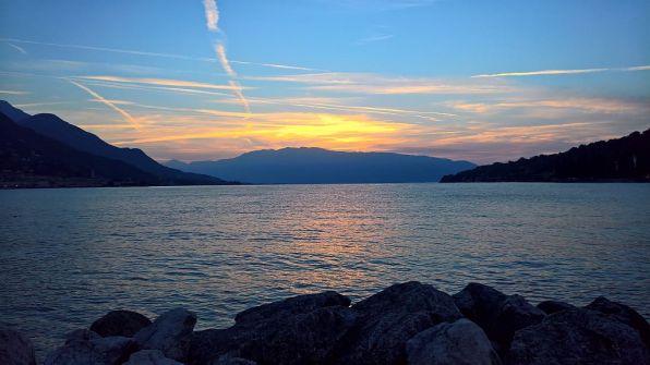 Il sole sorge alle spalle del monte Baldo