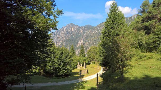 Il vecchio fortino, alle spalle il monte Tremalzo