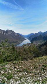 Lo spettacolare scenario del lago d'Idro con il gruppo del Brenta alle spalle
