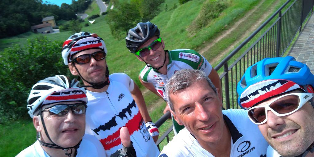 39 Selfie prima del muro di Montecastello