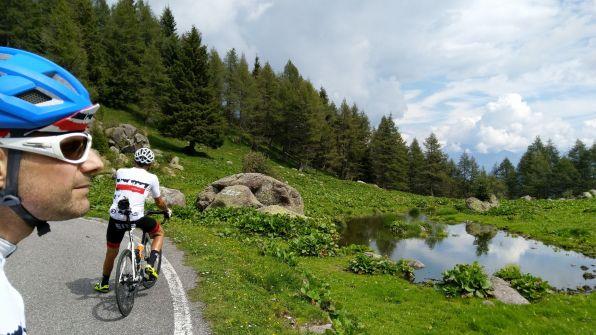 Cicloturisti! contemplano la meravigliosa montagna