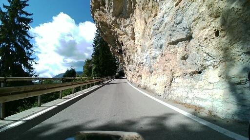 Strada scavata nella roccia verso il Graziani