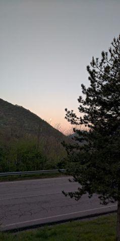 Luna all'alba salendo le Coste