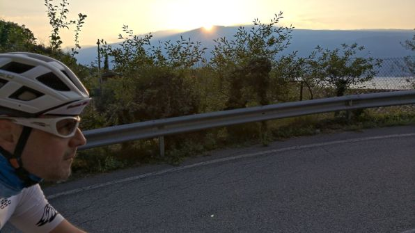 Il sole sorge dietro al monte Baldo