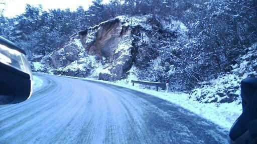 Strada innevata prima della diga